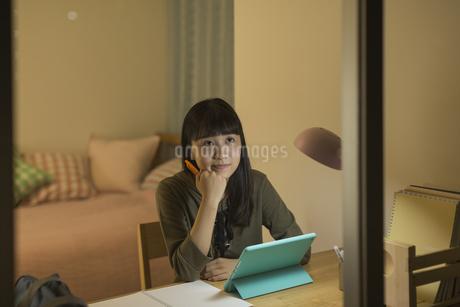 タブレットPCで勉強をする女の子の写真素材 [FYI01733704]