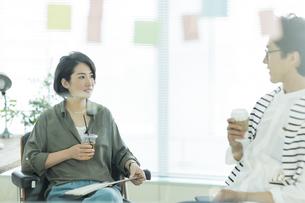 会話をするビジネスマンとビジネスウーマンの写真素材 [FYI01733706]