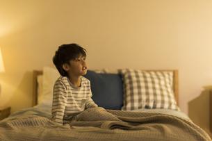 ベッドの上に座る男の子の写真素材 [FYI01733712]
