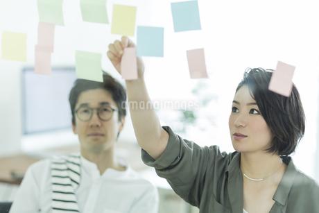 打ち合わせをするビジネスマンとビジネスウーマンの写真素材 [FYI01733713]