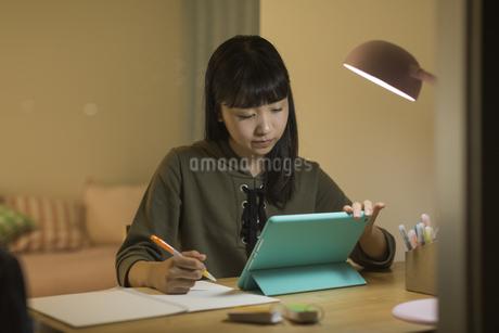 タブレットPCで勉強をする女の子の写真素材 [FYI01733714]