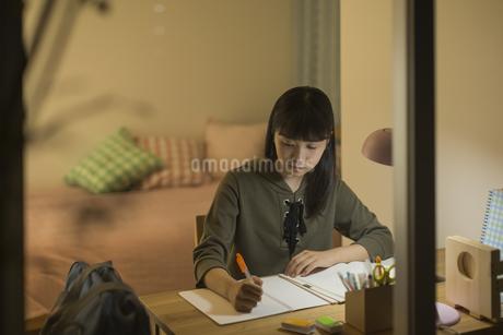 机で勉強をする女の子の写真素材 [FYI01733730]