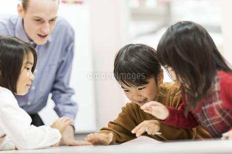 英語の授業をする先生と子供たちの写真素材 [FYI01733738]