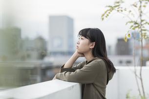 バルコニーから外を眺める女の子の写真素材 [FYI01733761]