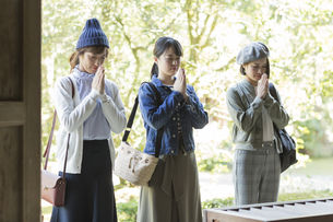 寺院でお参りをする3人の女性の写真素材 [FYI01733762]