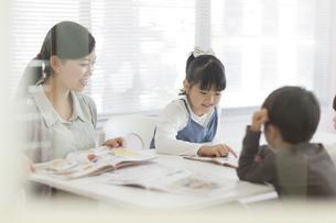 教室で授業を受ける子供たちの写真素材 [FYI01733764]