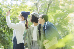 スマートフォンで撮影をする若い女性の写真素材 [FYI01733787]