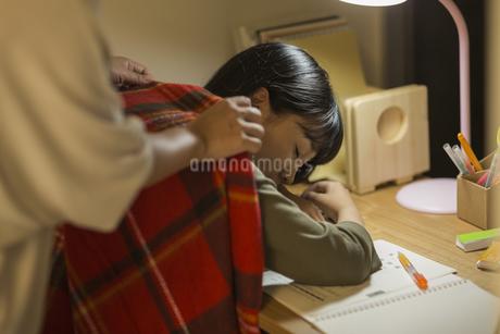 机で居眠りをする女の子の写真素材 [FYI01733789]