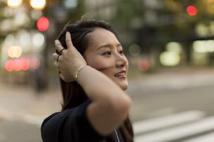 髪を掻き上げる若い女性の写真素材 [FYI01733790]