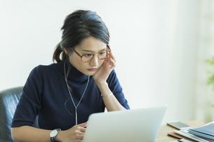 パソコンをするビジネスウーマンの写真素材 [FYI01733795]