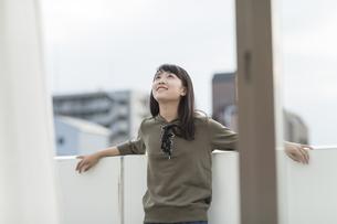 バルコニーで笑顔の女の子の写真素材 [FYI01733798]