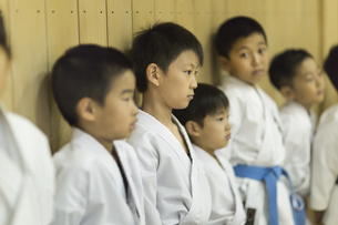 空手の稽古中の子供たちの写真素材 [FYI01733799]