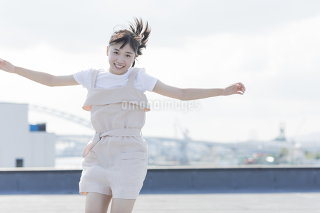 ジャンプをする女の子の写真素材 [FYI01733807]