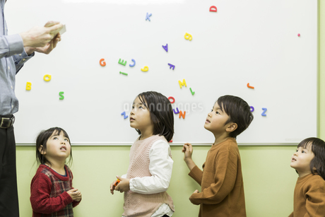 英語の授業をする先生と子供たちの写真素材 [FYI01733812]