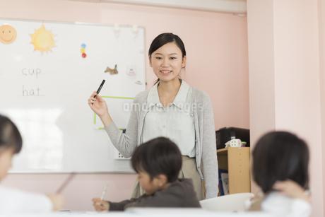 教室で英語を教える先生の写真素材 [FYI01733843]