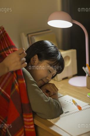 机で居眠りをする女の子の写真素材 [FYI01733855]