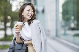 笑顔の若いビジネスウーマンの写真素材 [FYI01733864]