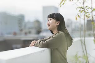 バルコニーから外を眺める女の子の写真素材 [FYI01733883]