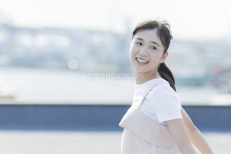 笑顔の女の子の写真素材 [FYI01733886]