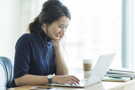 パソコンをするビジネスウーマンの写真素材 [FYI01733889]