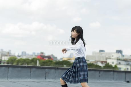 ダンスの練習をする女子学生の写真素材 [FYI01733900]