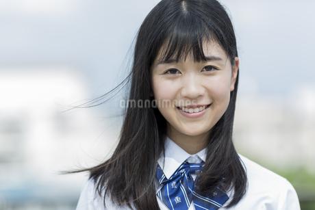 笑顔の女子学生の写真素材 [FYI01733901]