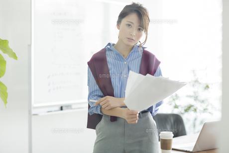書類を持つビジネスウーマンの写真素材 [FYI01733915]