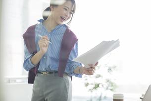 笑顔のビジネスウーマンの写真素材 [FYI01733926]