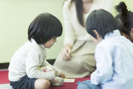 幼児教室で学ぶ子供たちの写真素材 [FYI01733975]