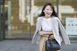 笑顔の若いビジネスウーマンの写真素材 [FYI01733978]
