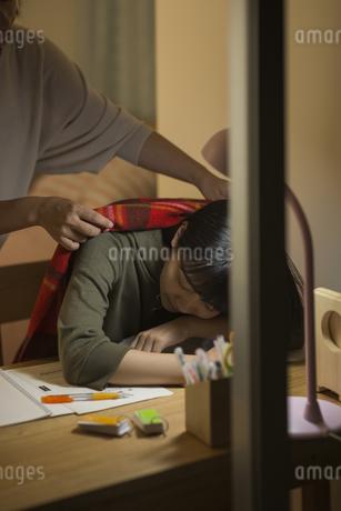 机で居眠りをする女の子の写真素材 [FYI01734036]