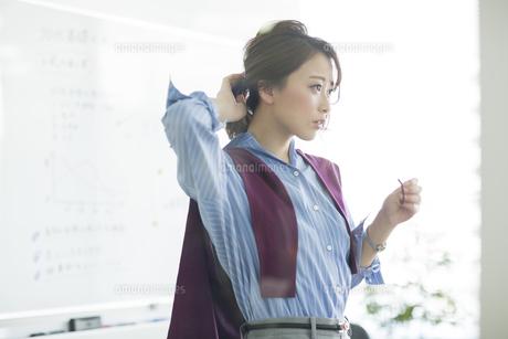 髪を結うビジネスウーマンの写真素材 [FYI01734101]