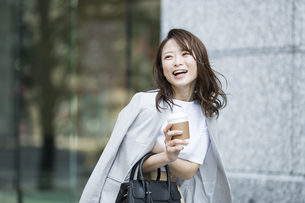 笑顔の若いビジネスウーマンの写真素材 [FYI01734113]
