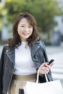 ショッピング楽しむ若い女性の写真素材 [FYI01734156]