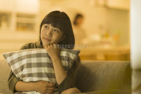 ソファーに座る女の子の写真素材 [FYI01734188]