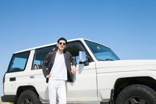 海にドライブに来た30代男性の写真素材 [FYI01734253]