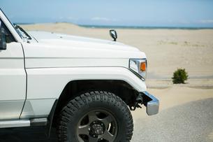 海の前に停車している車のフロントの写真素材 [FYI01734273]