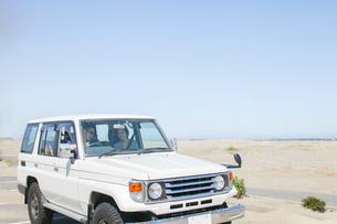 海にドライブに来た20代30代カップルの写真素材 [FYI01734282]