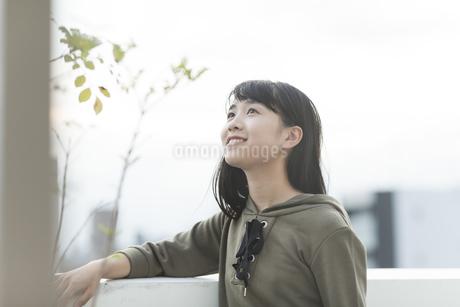 バルコニーで笑顔の女の子の写真素材 [FYI01734301]