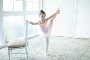 バレエ教室の女の子の写真素材 [FYI01734311]