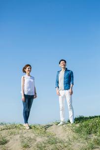 青空と爽やかな20代30代カップルの写真素材 [FYI01734333]