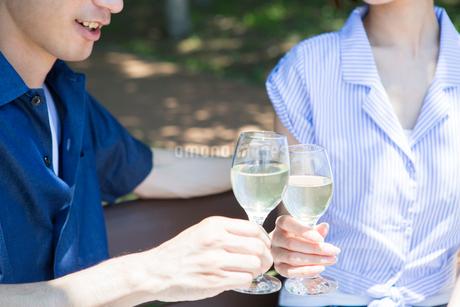 ワイングラスで乾杯をする手元の写真素材 [FYI01734335]