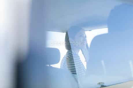 海にドライブに来た20代女性の写真素材 [FYI01734346]