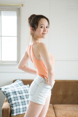 ストレッチをする30代女性の写真素材 [FYI01734366]