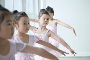 バレエ教室の4人の女の子の写真素材 [FYI01734400]