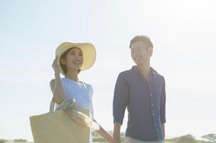 青空と爽やかな20代30代カップルの写真素材 [FYI01734441]