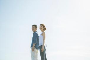 青空と爽やかな20代30代カップルの写真素材 [FYI01734443]