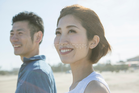 青空と爽やかな20代30代カップルの写真素材 [FYI01734455]