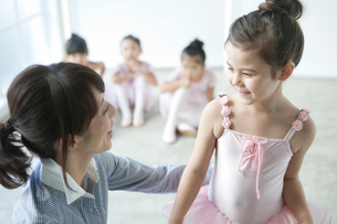 バレエ教室の女の子の写真素材 [FYI01734487]