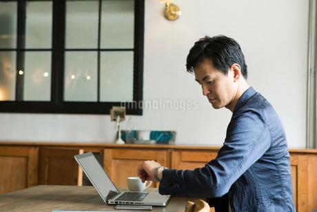腕時計を確認する30代男性の写真素材 [FYI01734493]